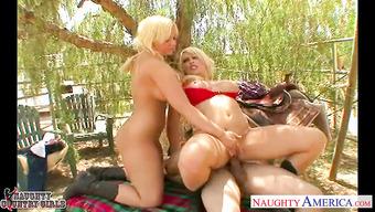 Ковбой покатал двух блондинок на своем члене