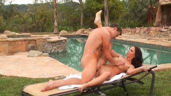 Ловелас имеет свою телочку около бассейна