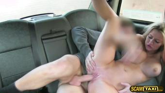 Элегантный таксист умеет разводить пассажирок