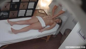 Массажист нагло лапает сексуальную клиентку