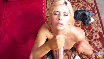 Онанистка использует сперму как крем для лица