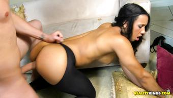 Развратная телочка соблазняет мужика голыми булочками