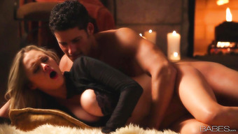 Безумный секс на полу перед теплым камином