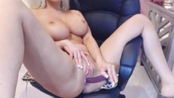 Сногсшибательная блондиночка шалит с игрушками
