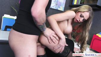 Секретарша захотела заняться сексом со своим шефом