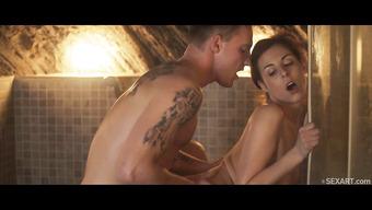 Парень занимается любовью с горячей брюнеткой в душе