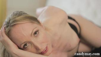 Элегантная блондинка мастурбирует анал любимой игрушкой