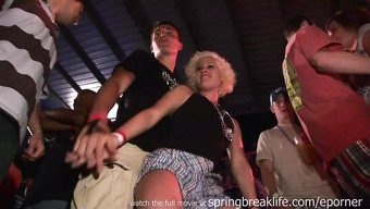Сучка дерзко крутит попкой на танцполе в ночном клубе