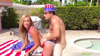 Американка с большой задницей жарко трахается в парке