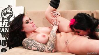 Татуированные лесбиянки устроили трах на радиостанции
