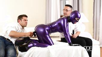 Мужики мастурбируют дырки рабыни в сексуальном латексе