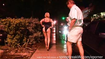 Зрелая сучка показала свою грудь на публике за деньги