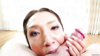 Азиатка делает эротичный минет и проглатывает сперму