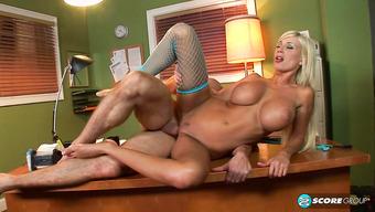 Имеет очаровательную блондинку в чулочках на столе