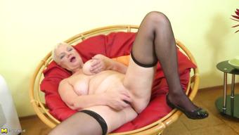 Старуха с пышным телом мастурбирует фаллосом в кресле