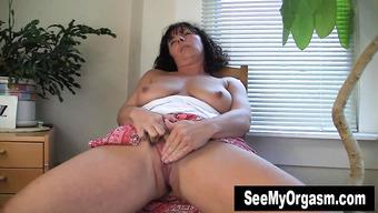 Зрелая домохозяйка балует себя мастурбацией на стуле