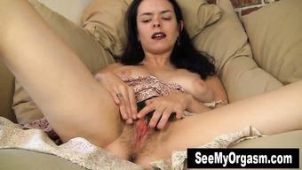Волосатая милфа занимается мастурбацией на диване