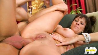 Зрелая женщина занимается анальным сексом с кончиной внутрь