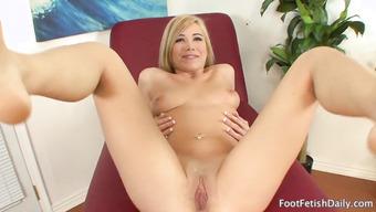 Блондинка с натуральными сиськами крупно показала вагину