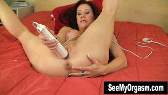 Зрелая леди получает яркий оргазм от мастурбации вибратором