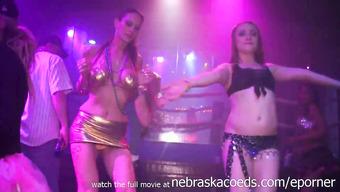 Пьяные девушки развлекаются в ночном клубе по полной программе