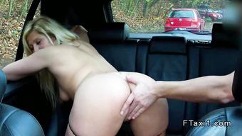 Водитель такси предложил незнакомой блондинке секс