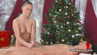 Нежная девушка подарила парню массаж с дрочкой под Рождество