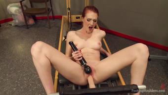 Рыжая спортсменка дрочит киску вибратором пока ее трахает секс машина
