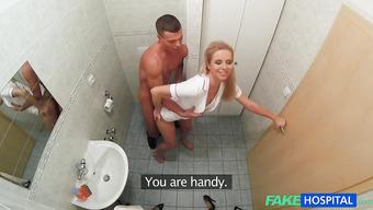 Горячая медсестра совокупляется с пациентом в туалете больницы