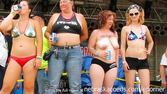 Разнообразные телки на соревновании показывают большие сиськи
