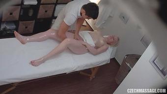 Опытный массажист доводит белокурую клиентку до оргазма мастурбацией