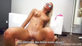 Очкастая блондиночка насаживается на стоячий пенис продюсера