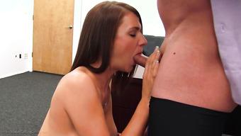 Красивая бабенка заглатывает жилистый пенис агента на кастинге