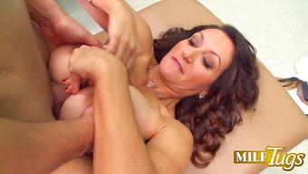 Медсестра лечит мужика большими буферами