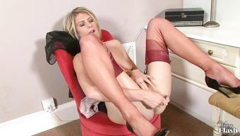 Длинноногая блондиночка трахает сочную вагину прозрачным дилдо