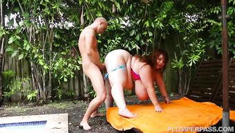 Крепкий паренек заставляет стонать толстую шалашовку у бассейна