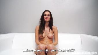 Сексапильная девушка на кастинге натирает красивое тело маслом