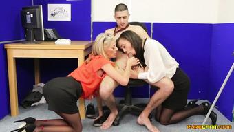 Две знойные сотрудницы вылизывают большой член начальника