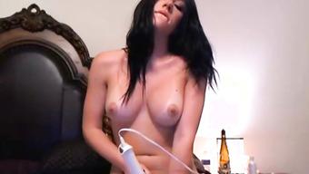 Красивая девушка мастурбирует пилотку в постели мощным вибратором