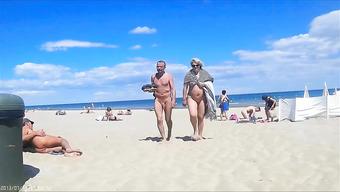 Зрелые развратницы не стесняются светить интимными местами на нудистском пляже
