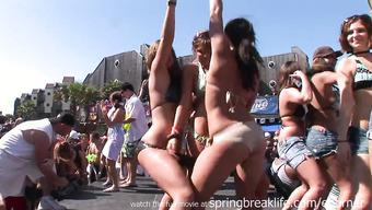Молоденькие цыпочки в купальниках трутся друг о дружку на фестивале