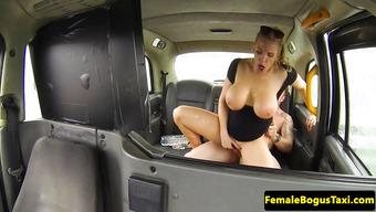 Озабоченная таксистка скачет на большом члене везучего пассажира