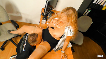 Похабная начальница получает от подчиненного куни и трах большим членом