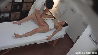 Вожделенный массажист мастурбирует пилотку длинноногой брюнеточки