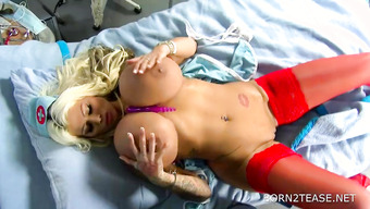 Медсестра с огромными буферами ебется с резиновым хуем