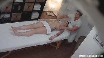 Сексапильная девушка попалась на скрытую камеру у наглого массажиста