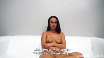 Застенчивая брюнетка позирует голой и сосет пенис агента на кастинге