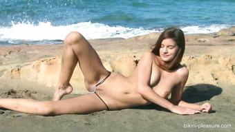 Худенькая красавица демонстрирует интимные места на пляже