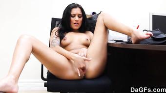 Сексапильная девка на кастинге мастурбирует письку и дает себя трахать