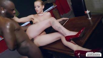 Похотливый нигер насадил на большой член вагину стройной начальницы